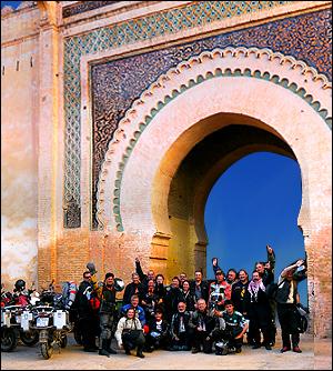 Grupo de motoristas ante la entrada en Fez
